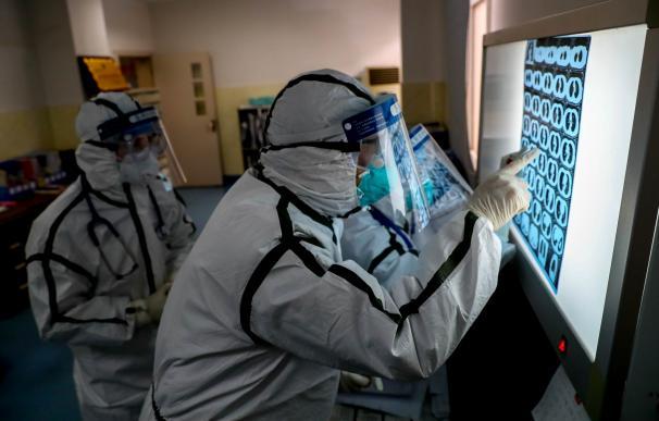 Médicos en un hospital de Wuhan.