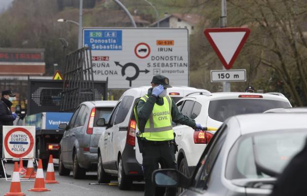 Efectivos de la Guardia Civil y de la Unidad de Intervención Policial (UIP) de la Policía Nacional realizan controles en la frontera con Francia por el coronavirus