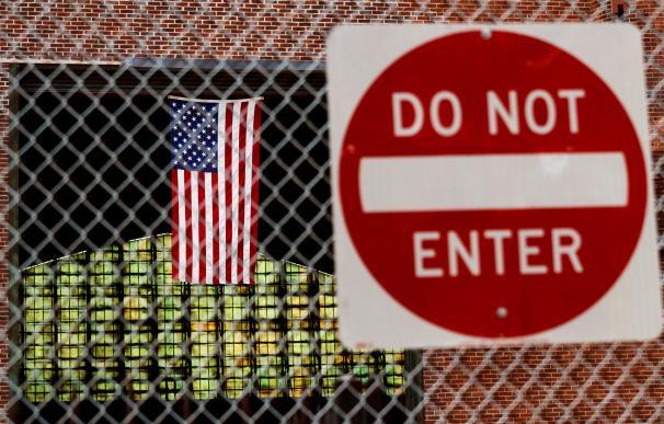 Una bandera estadounidense y un letrero de no entrar en Kingsbridge Armory en el Bronx, Nueva York, EE. UU., El 21 de abril de 2020. /EFE
