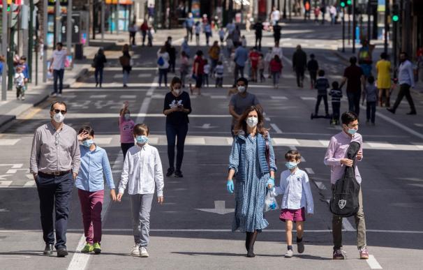 Varios niños paseando por las calles de Murcia