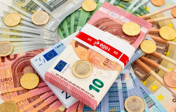 Fotografía de billetes de euro. El dinero parado en la cuenta hace perder su valor e invirtiendo se pueden ganar miles de euros.