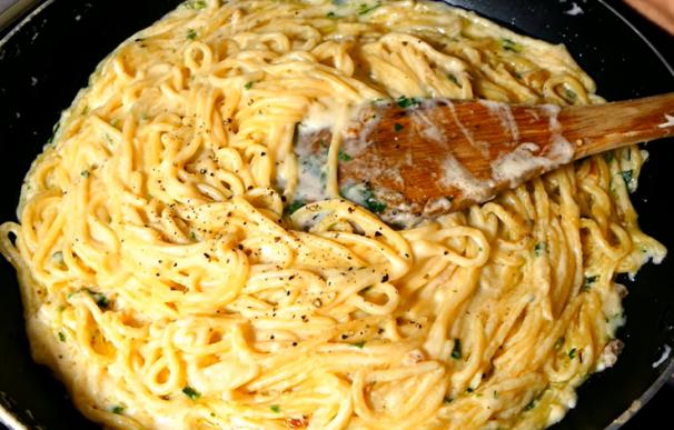 Fotografía de la receta de espaguetis a la crema de queso del chef Gorka Barredo.