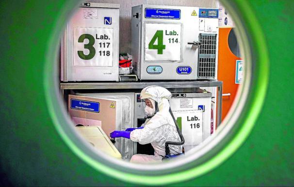 Un trabajador en el laboratorio de alta seguridad en el Centro Nacional de Biotecnología en Madrid. /EFE/ Emilio Naranjo