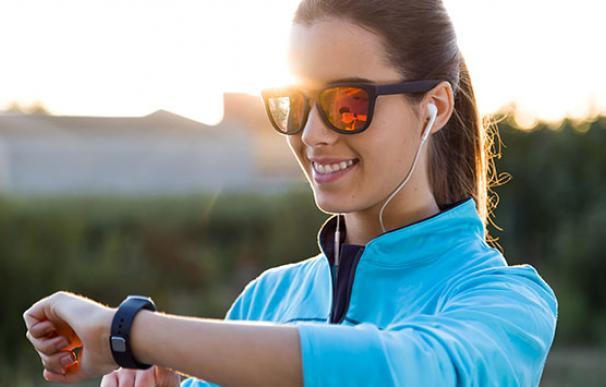 Una joven realiza ejercicio con un reloj inteligente