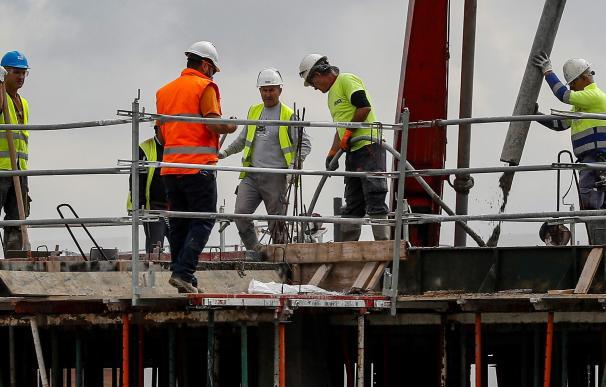 Unos obreros de la construcción reanudan su trabajo en la localidad sevillana de Bormujos. /EFE