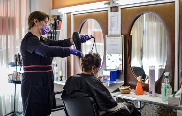 El pequeño comercio y los locales de peluquería, como el de la imagen, situado en Guadalajara, han reabierto este lunes. /EFE