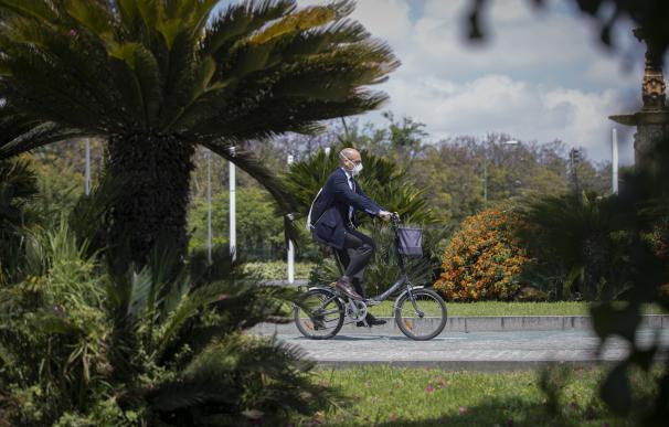 Un hombre circula en bicicleta protegido con mascarilla durante el día 39 del estado de alarma en el país por la crisis del coronavirus. En Sevilla (Andalucía, España), a 22 de abril de 2020.