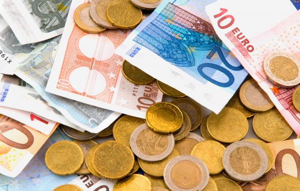 Fotografía de dinero en euros. Guardar el dinero en casa o en el banco implica riesgo para los ahorros.