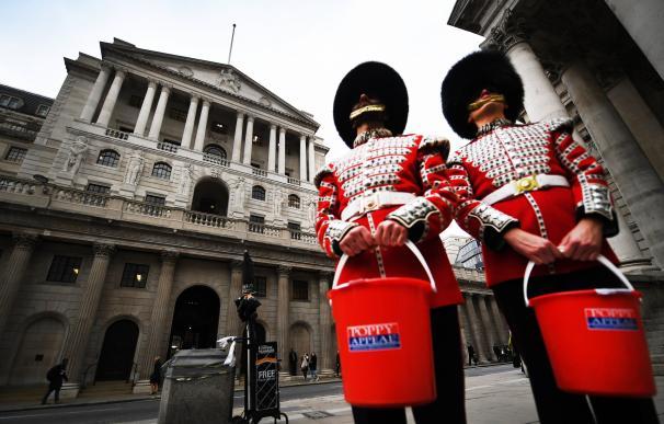 Guardias Granaderos en campaña de Amapola, en las inmediaciones del Banco de Inglaterra, en Londres (EFE/ Andy Rain)