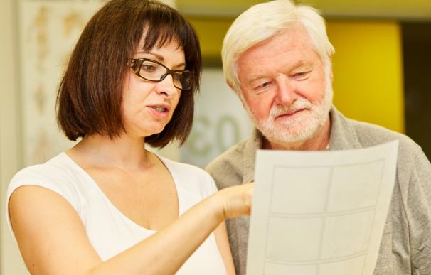 Fotografía de una pareja revisando cómo rescatar su plan de pensiones.