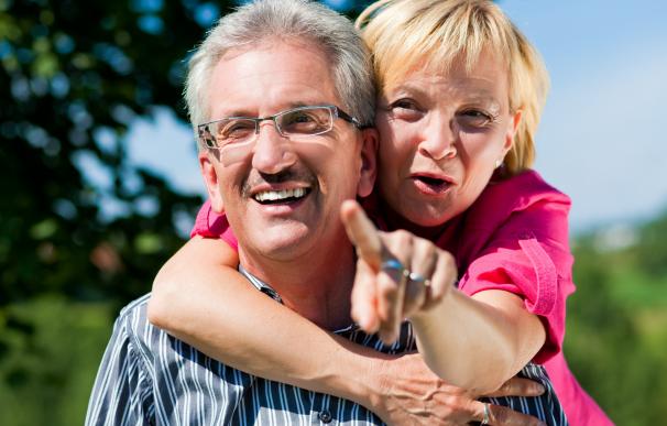Fotografía de dos jubilados. Ahora disponen de un asistente virtual en la web de la Seguridad Social para resolver dudas sobre pensiones.