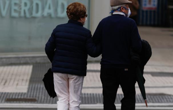 Una pareja de ancianos camina este viernes por el paseo de la Zurriola de San Sebastián.