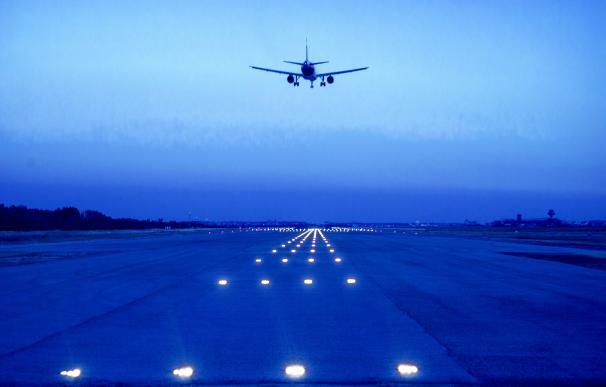 Un avión despegando en un aeropuerto.