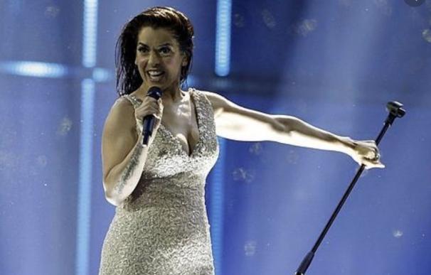 Ruth Lorenzo lanzando el pie de micro en 'Eurovisión'