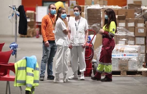 Varios sanitarios, durante el último día de funcionamiento del hospital de campaña para el coronavirus en Ifema