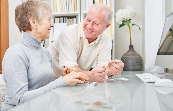 Fotografía de dos jubilados que trabajan. Es posible compatibilizar sueldo de un trabajo y el 100% de la pensión.