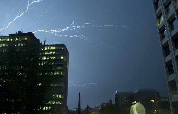 Una imagen de la tormenta sobre el cielo de Madrid. /José González