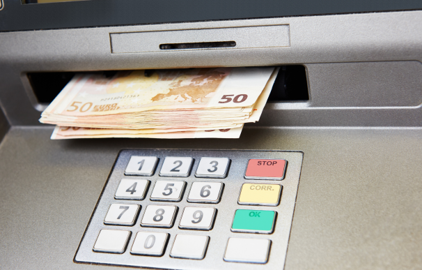 Fotografía de un cajero de un banco con billetes de euro. No todos los ahorros en un banco están seguros en una crisis económica.