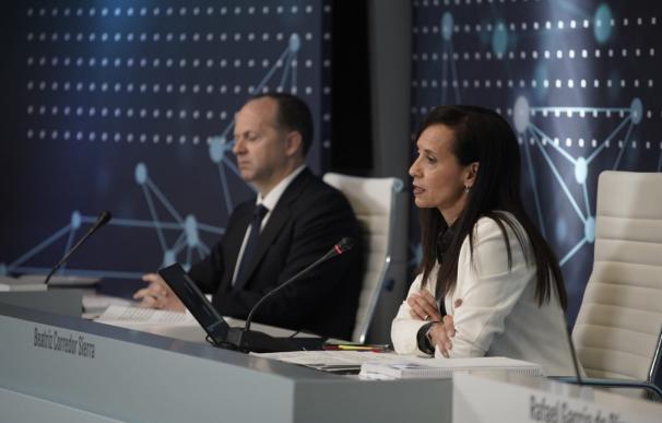 La presidenta de REE Beatriz Corredor, junto al consejero delegado Roberto García Merino.
