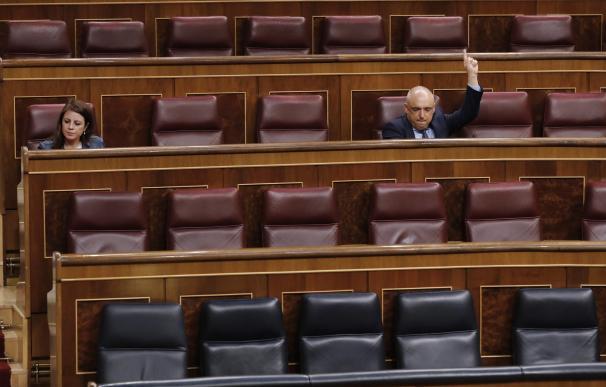 El diputado socialista Rafael Simancas y la portavoz parlamentaria, Adriana Lastra, en un pleno del Congreso