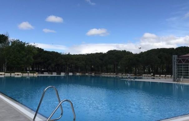 La piscina al aire libre del Centro Deportivo Municipal de Aluche, en el distrito de Latina (Madrid)