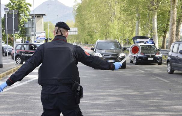 Los Carabinieri controlan a los automovilistas en una calle de Bérgamo, Italia, el 18 de abril de 2020. /EFE/EPA/STEFANO CAVICCHI