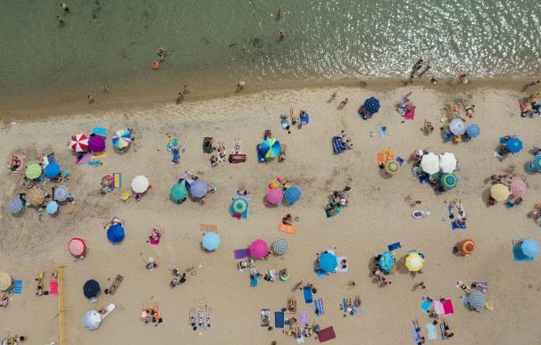 Los griegos estrenan las playas bajo una ola de calor y con distanciamiento