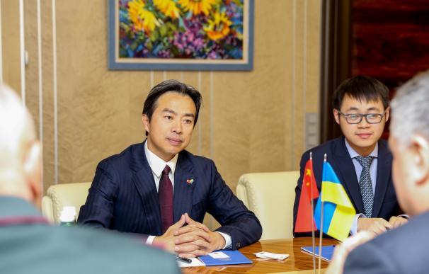 El embajador de China en Israel, Du Wei, durante su desempeño como embajador en Ucrania