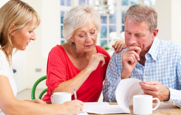 Fotografía de dos jubilados que optaron por la jubilación demorada para tener más dinero en su pensión.
