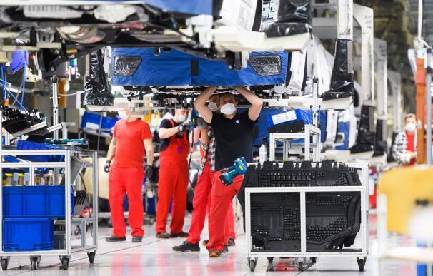 Trabajadores en la factoría de Volkswagen en Poznan, Polonia, el pasado 27 de abril.