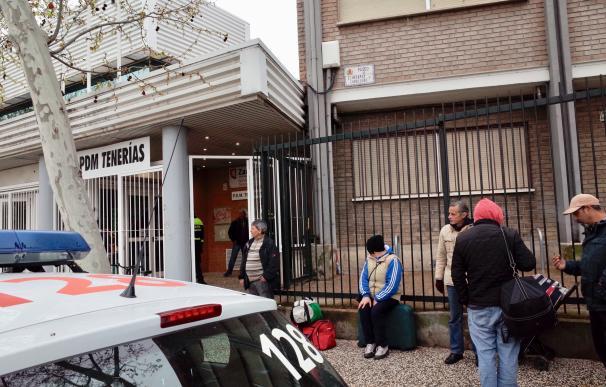 Personas sin hogar esperan entrar al pabellón deportivo de Tenerías, en el que se han habilitado 100 camas para sin techo