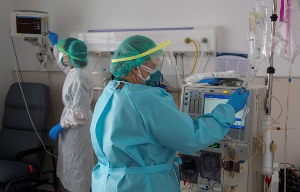 Sanitarios de la 5º planta del hospital de San Pedro de Logroño con el equipo de protección individual (EPIs)