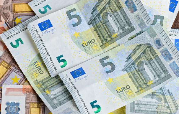 Fotografía de bileltes de euros. El dinero ahorrado para la jubilación se verá afectado por una crisis económica.