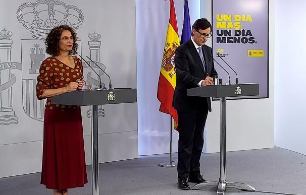la ministra de Hacienda, María Jesús Montero (i) y al ministro de Sanidad, Salvador Illa