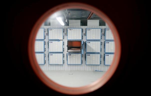Cámaras funerarias en el edificio conocido como El Dónut, puesto a disposición de las autoridades sanitarias por la Comunidad de Madrid como nueva morgue provisional en las instalaciones de la Ciudad de la Justicia