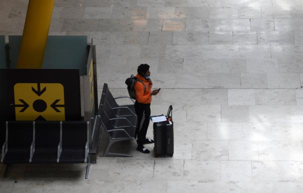 Un viajero espera en una solitaria terminal de Barajas durante el periodo de estado de alarma