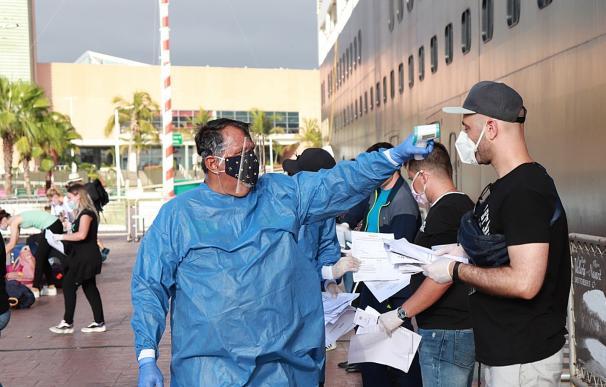 Fotografía cedida este sábado, por la Secretaria de Gobernación (Segob), que muestra a personal sanitario recibiendo a turistas que estuvieron varados en el crucero Koningsdam, en Puerto Vallarta Jalisco (México)