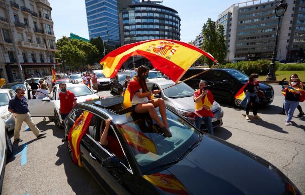 Varios coches preparados en la plaza Francesc Macia para participar en la manifestación convocada por Vox, este sábado en Barcelona