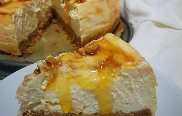 Fotografía de la tarta de queso sana con miel y nueces que triunfa en Instagram-