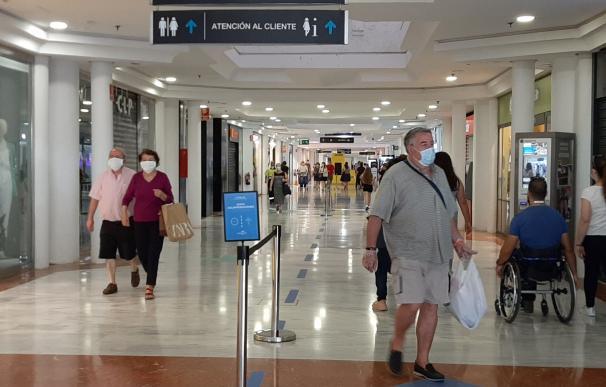En el centro comercial de Bahía Sur, en Cádiz, se han habilitado carriles para guiar al cliente