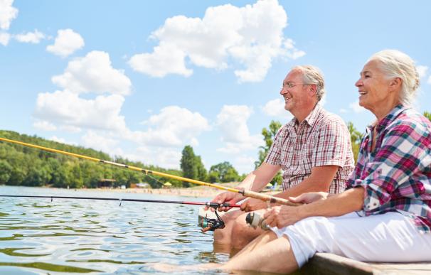 Fotografía de dos jubilados en el extranjero. Los pensionistas se pueden mudar a países en los que no pagarán impuestos por su pensión.