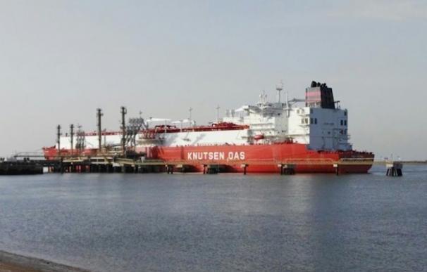 Buque metanero en el puerto de Huelva. EP