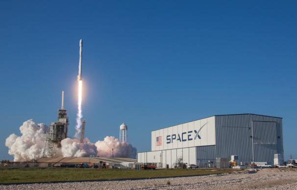 SpaceX revoluciona la carrera espacial con su primer lanzamiento tripulado. / EFE