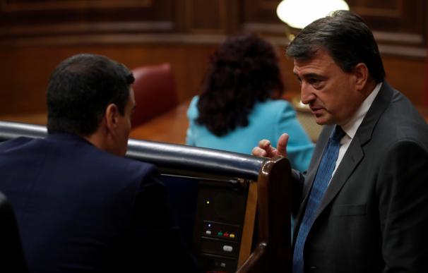 El portavoz del PNV, Aitor Esteban, conversa con el presidente del Gobierno, Pedro Sánchez