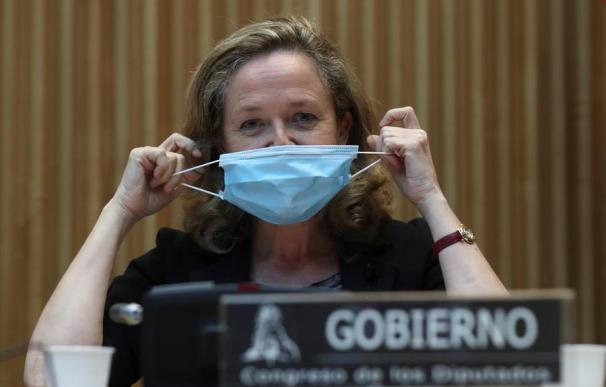 Nadia Calviño se quita la mascarilla en el Congreso / EFE