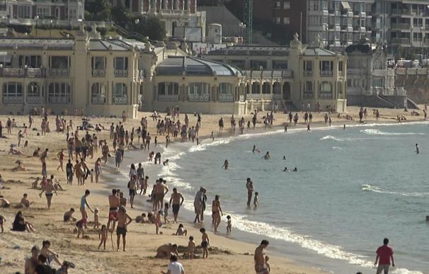 La playa de la Concha, en San Sebastian, repleta de bañistas esta semana