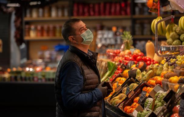 supermercado hombre mascarilla coroanvirus