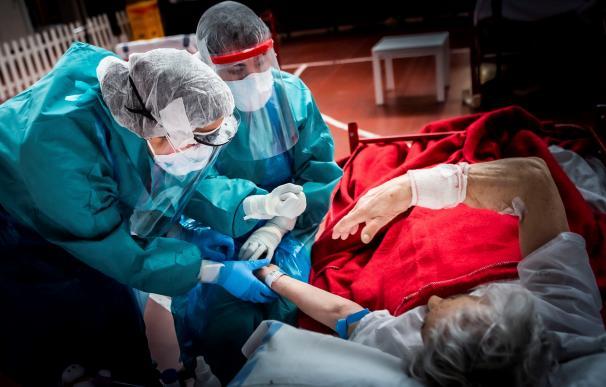 Personal sanitario del hospital de Aranda de Duero realizan un test atienden a un paciente enfermo de Covid-19.