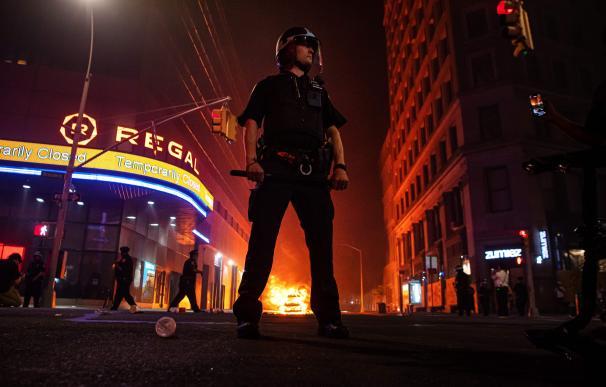 Un Policía de Nueva York corta una calle en medio de las protestas raciales