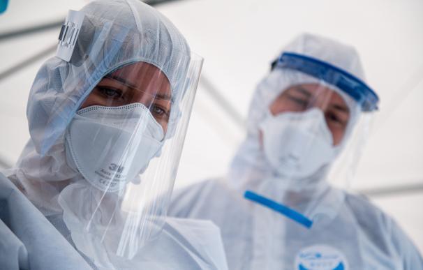Médicos usan equipos de protección individual frente al coronavirus.